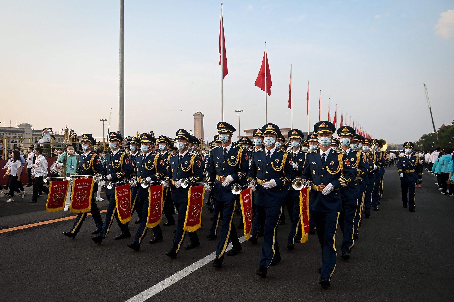 En el país donde se originó la pandemia los desfiles fueron multitudinarios