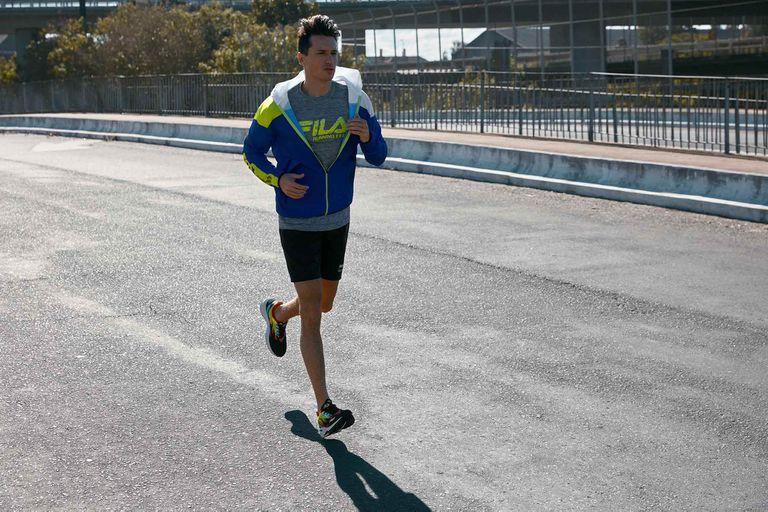 Antes de correr, vienen bien algunos ejercicios de movilidad articular y estiramientos activos. Después de la corrida podemos ahondar un poco más.
