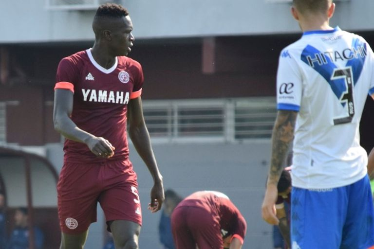 Ousamane Ndong, frente a Vélez; el zaguero de 20 años se desempeña en Lanús y quiere lo mejor para su familia en Senegal