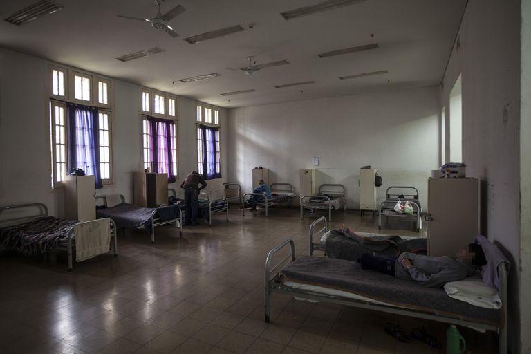 Pacientes en uno de los dormitorios del Hospital Borda, antes de la pandemia