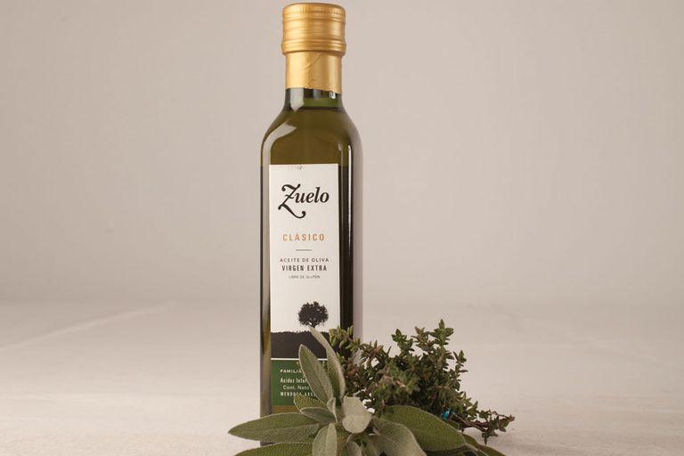 Aceite de oliva y hierbas aromáticas frescas