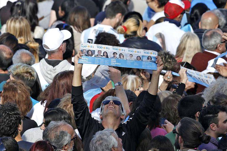 Un partidario sostiene una boleta del Frente de Todos