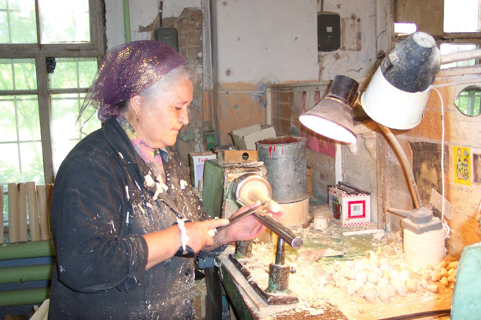 Producción de mamushkas en un taller ruso.