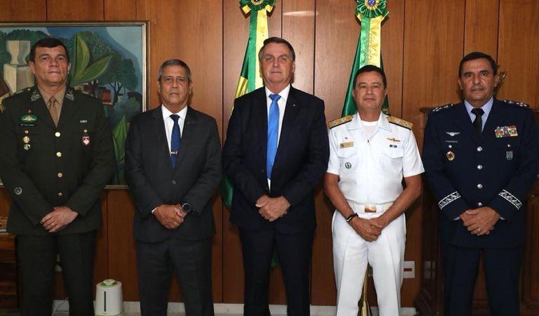 Jair Bolsonaro; el ministro de Defensa, Walter Braga Netto, y los nuevos comandantes de las Fuerzas Armadas