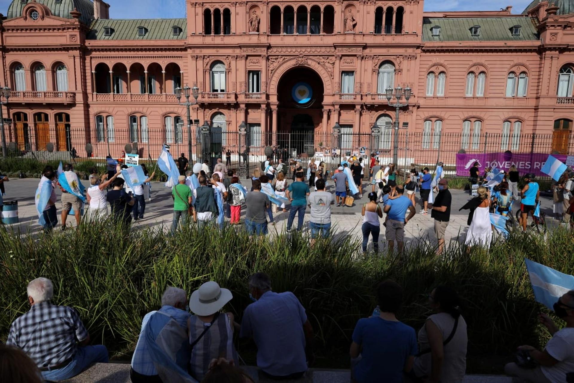 Los primeros manifestantes en la Plaza de Mayo