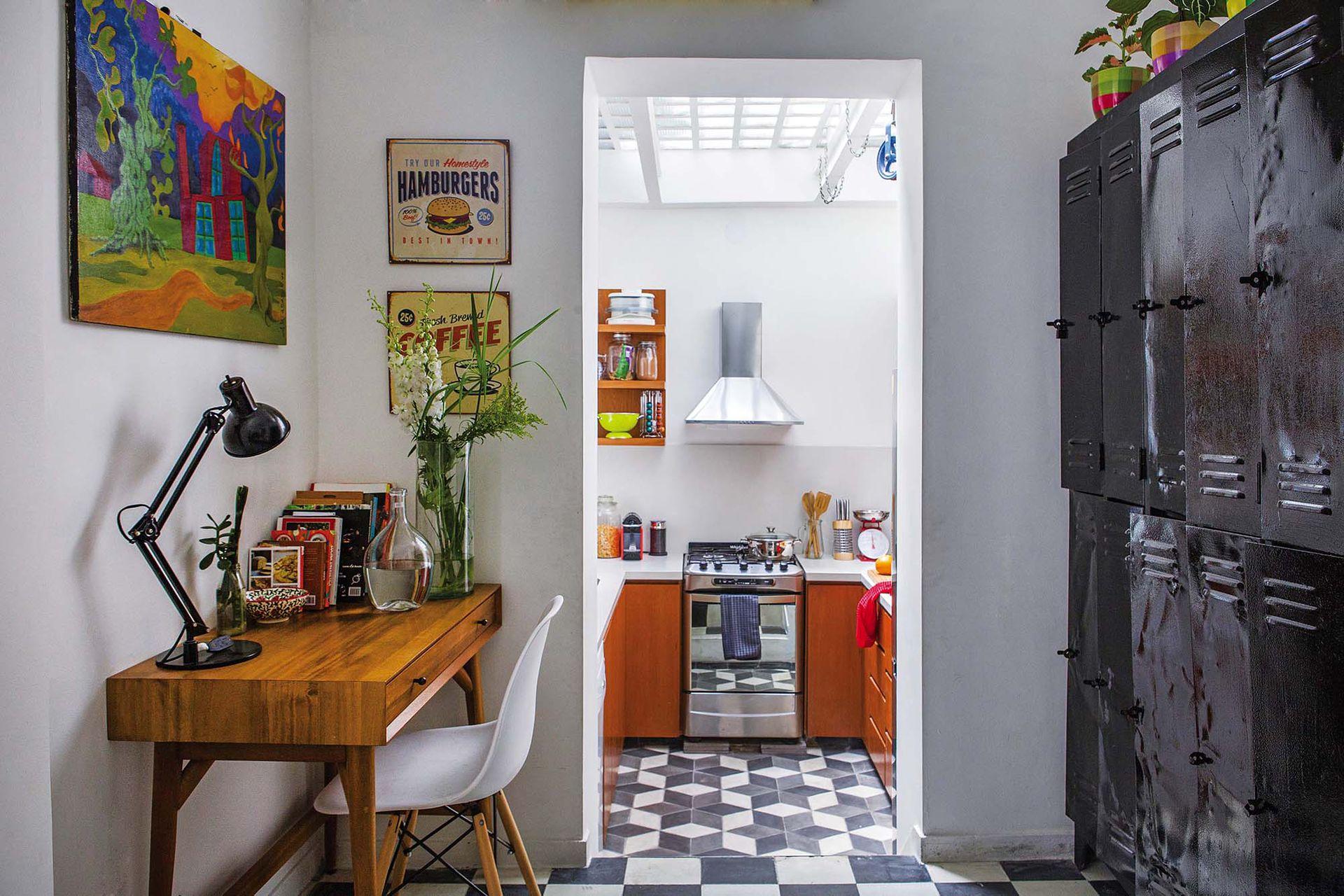 Entre la galería y la cocina, un escritorio traído de Estados Unidos y un módulo de casilleros rescatado de una obra.