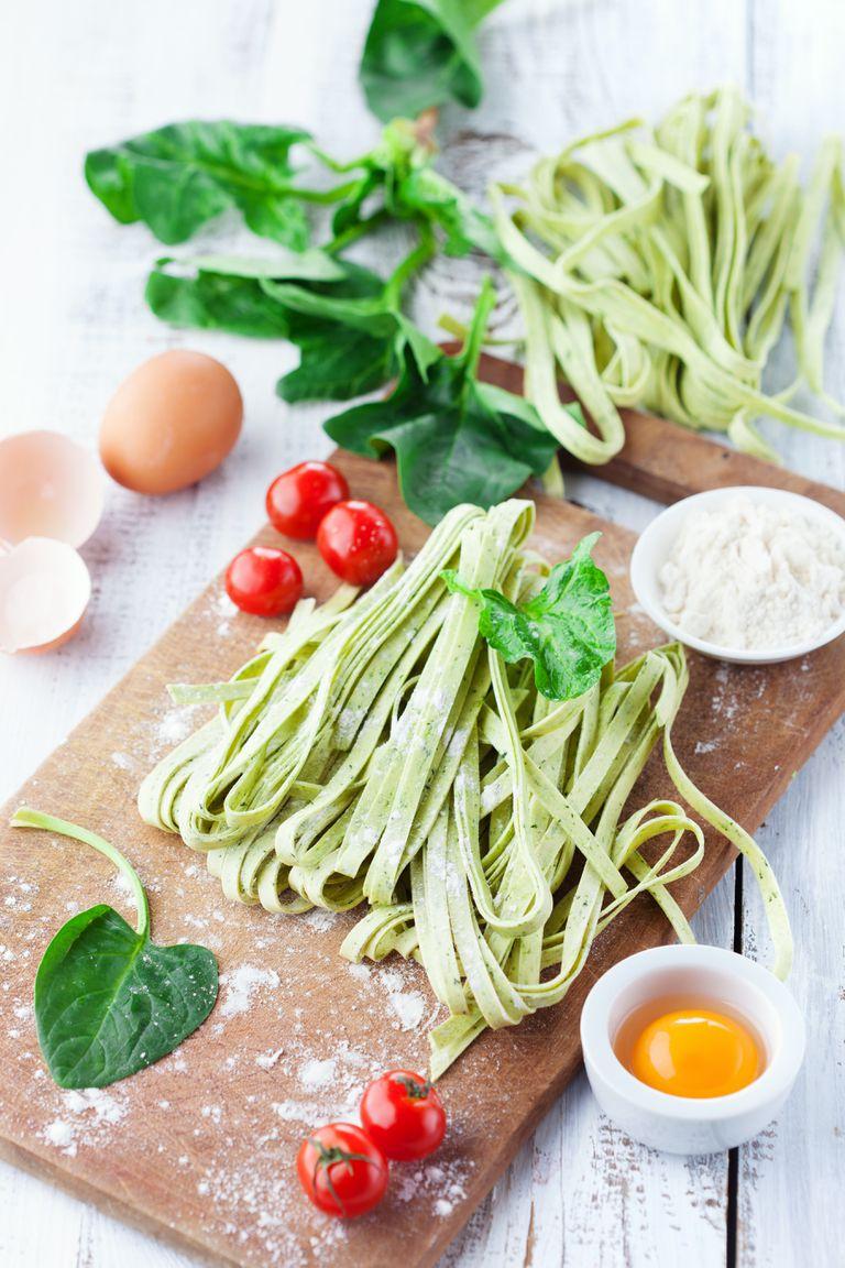 Tagliatelles verdes caseros con salteado de vegetales y aceite de ajo