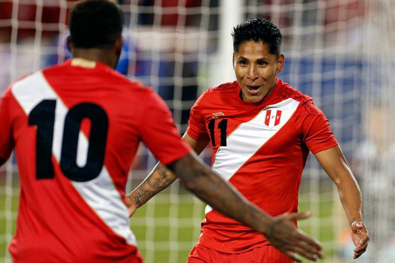 El festejo del segundo gol de Perú marcado por Ruidíaz