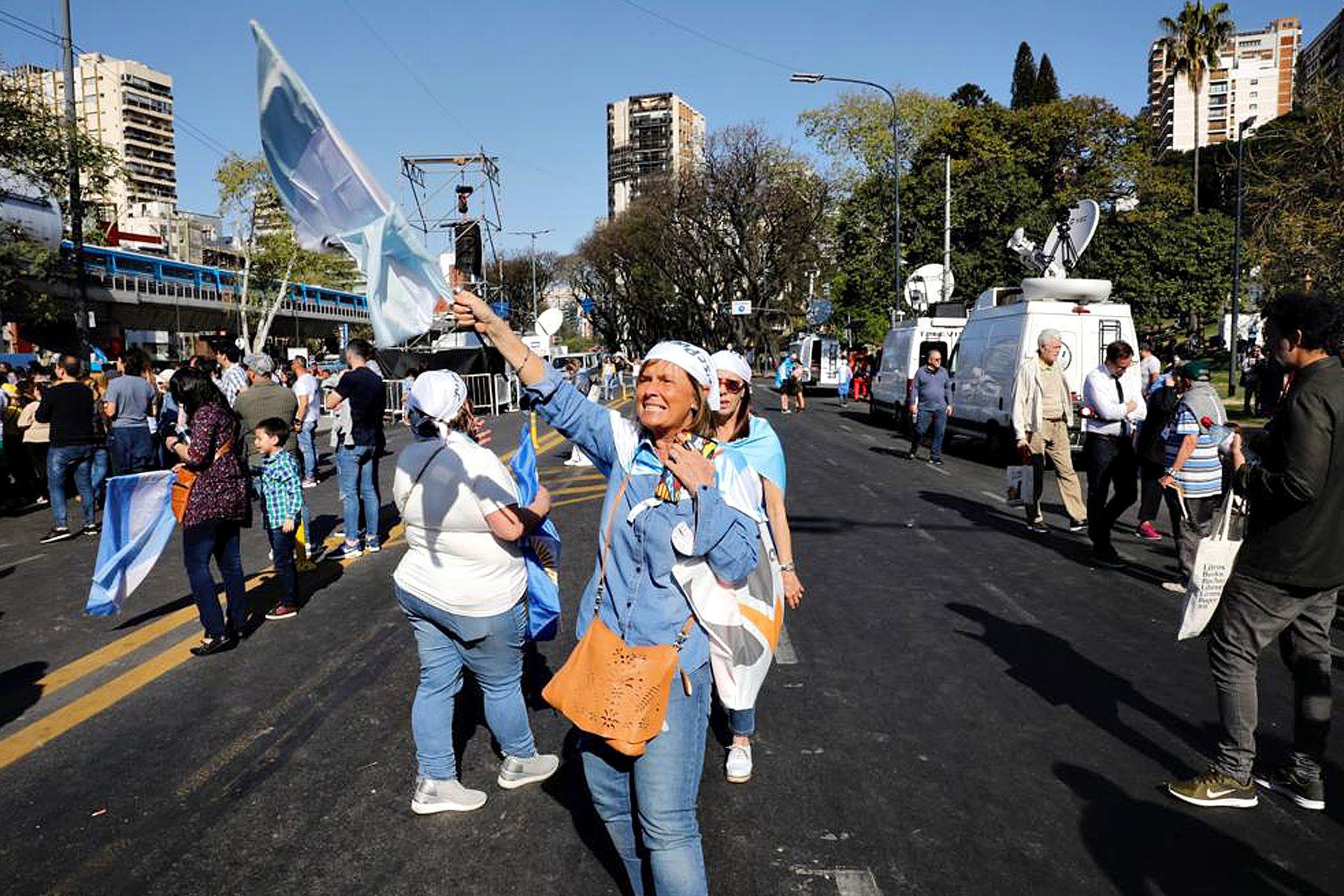 Carteles y banderas en la marcha macrista en Belgrano