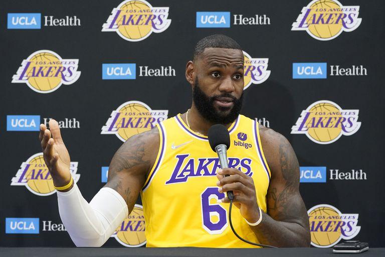 La NBA tiene a LeBron como la mejor fórmula para inocular el mensaje y salvar el negocio