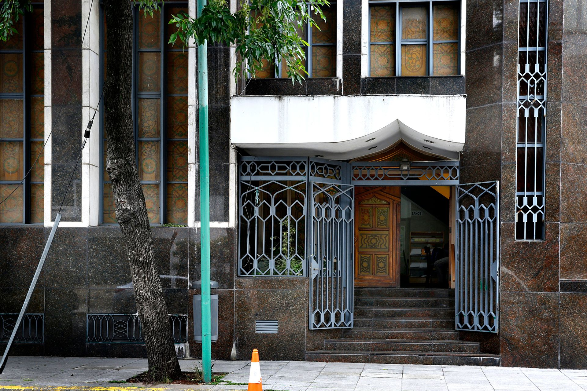El acceso a la mezquita, en la calle Alberti 1541