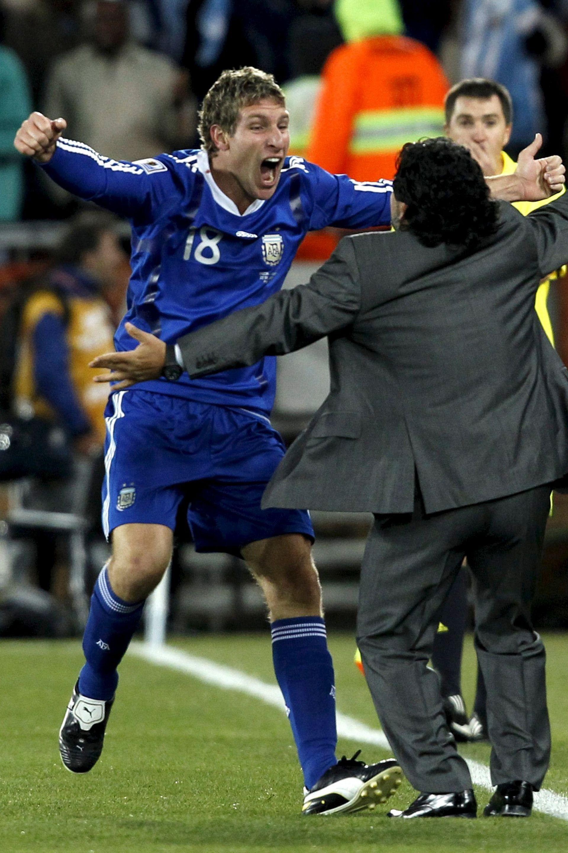 El abrazo con Palermo, tras el gol ante Grecia en Sudáfrica 2010