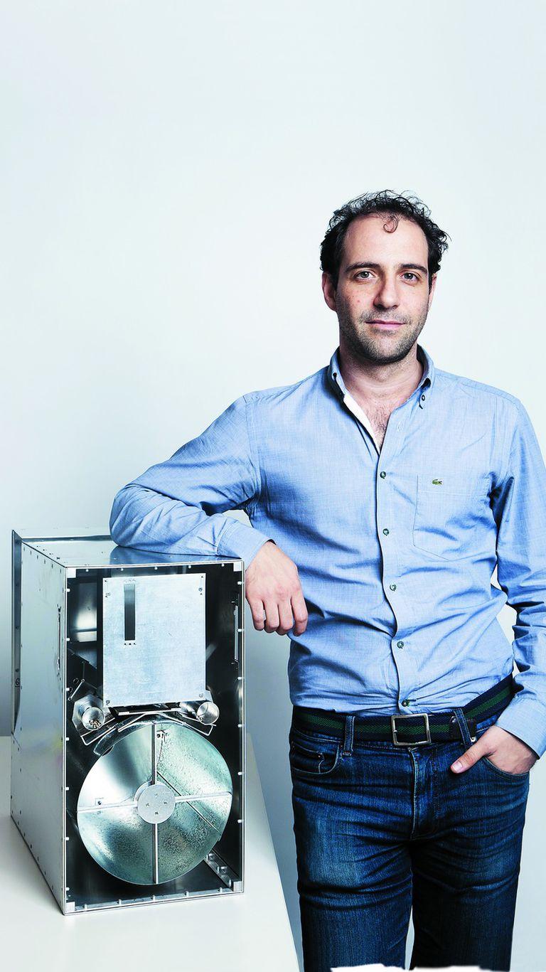 Emiliano Kargieman junto a uno de los primeros nanosatélites que diseñó