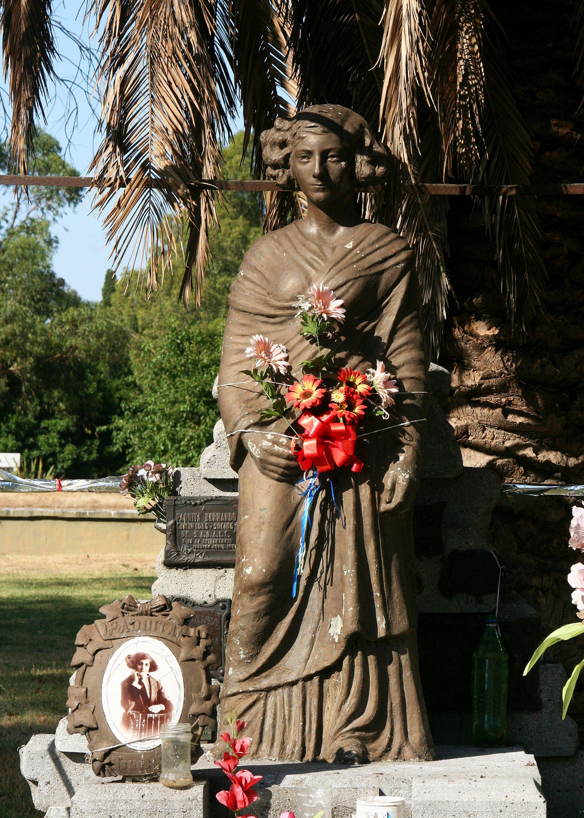 Sepulcro de la bandoneonista Paquita Bernardo en el Cementerio de la Chacarita