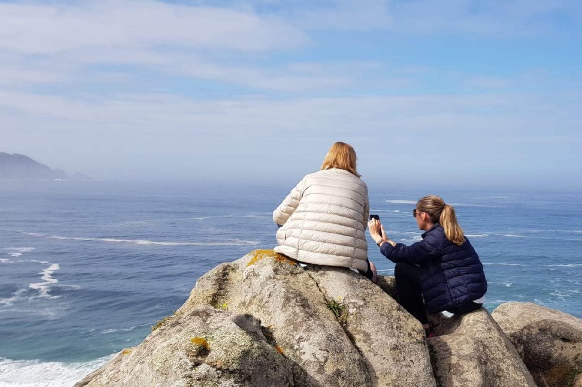Verónica junto a su madre en Cabo Home.