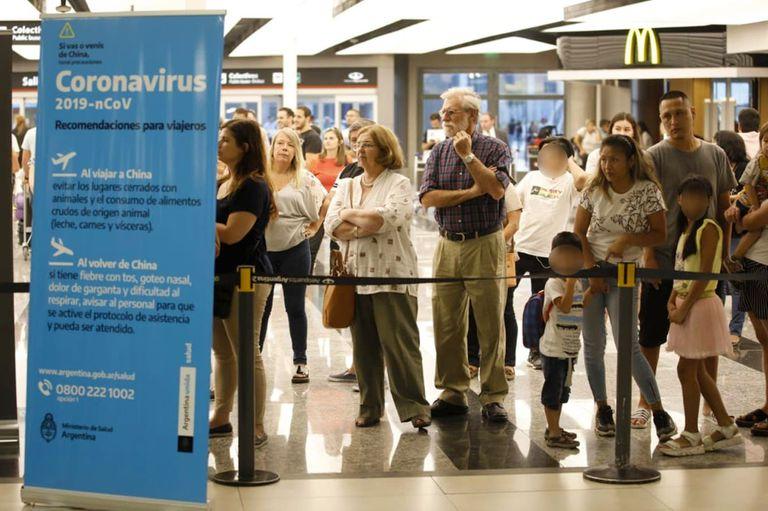 En el Aeropuerto Internacional de Ezeiza, donde circulan 30.000 personas por día, las fuerzas federales de seguridad se integraron a las acciones de prevención