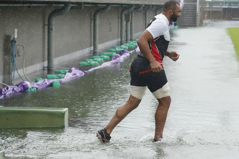 El ala Michael Leitch, oriundo de Fiji pero que juega para Japón, entra chapoteando en el estadio