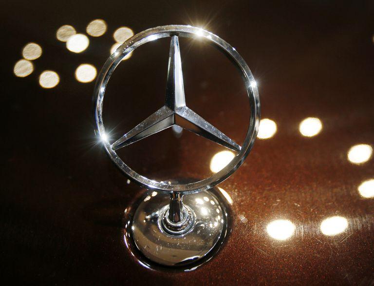 ARCHIVO - En esta foto del 5 de febrero de 2015 se ve el logo de Mercedes durante la conferencia anual de Daimler AG en Stuttgart, Alemania. (AP Foto/Michael Probst)