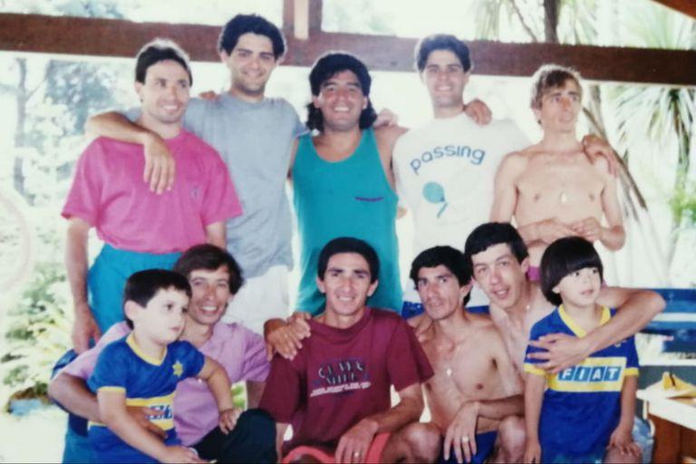 Diego Maradona, en su quinta, rodeado de jockeys y entrenadores, entre ellos Jorge Valdivieso