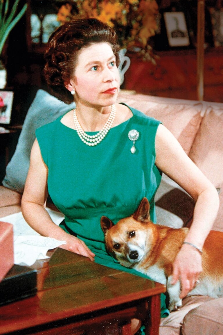 """Corgis reales: en 1969 la reina Isabel II fue filmada con sus perros para un """"detrás de escena"""" de un documental que retrataba la vida de la realeza"""