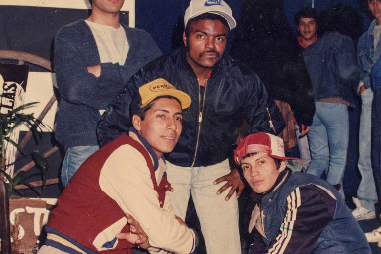 Mike Dee (en el centro), uno de los primeros breakers y raperos, activo desde principios de los 80