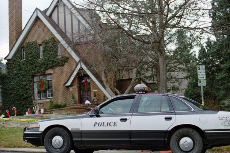 La policía fue a la casa de los Ramsey dos veces en la mañana del 26 de diciembre de 1996 y en la segunda visita fue cuando la niña fue hallada