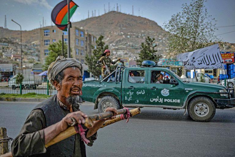 Los talibanes patrullan Kabul tras el retiro de tropas de EE.UU.