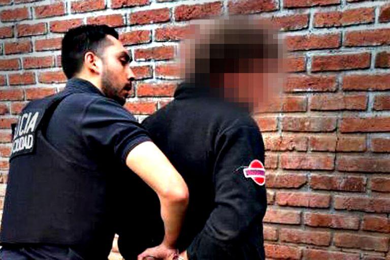 Kurt Gwerder en el momento de ser detenido por personal de la Policía de la Ciudad