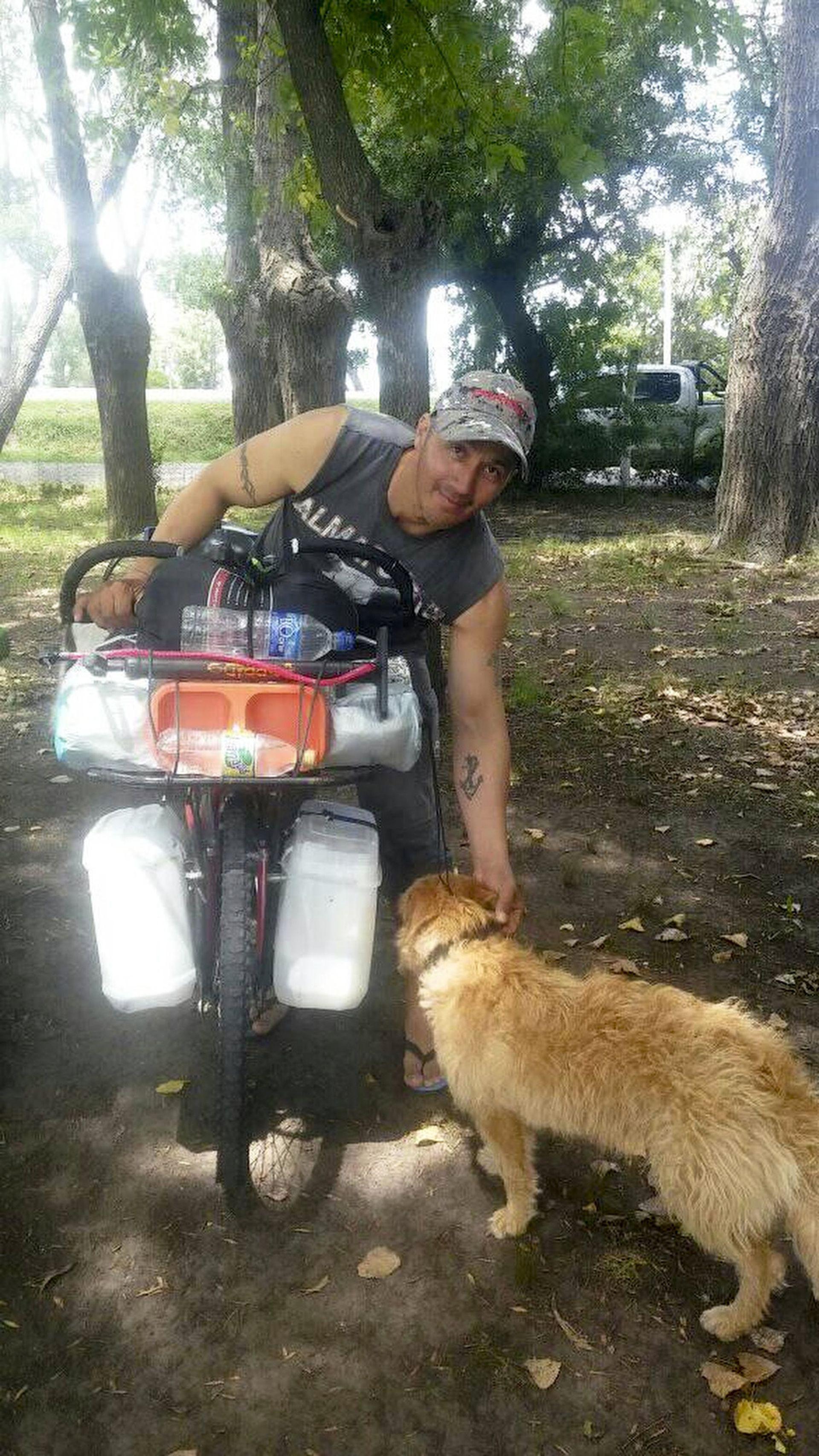 Con una bici sin cambios y su perra, Carlos Méndez emprendió un viaje al sur
