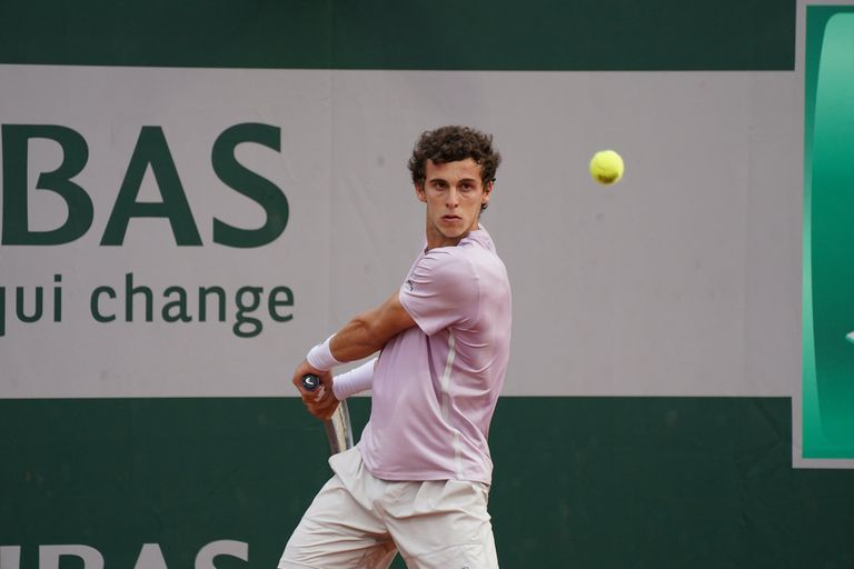 El tenista argentino Juan Manuel Cerúndolo, de 19 años, avanzó a la tercera y última ronda de la clasificación en Roland Garros.