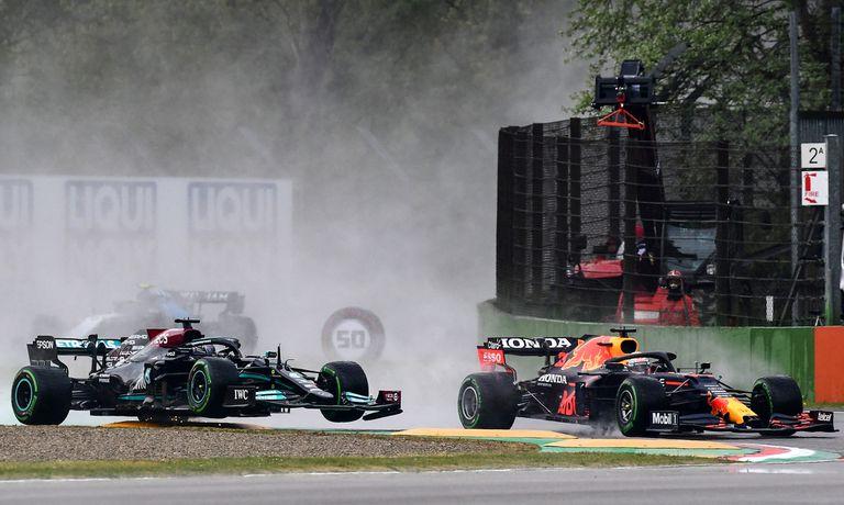 Max Verstappen supera a Lewis Hamilton en el Gran Premio de Emilia-Romaña, en el circuito de Imola; el duelo entre Red Bull Racing y Mercedes ofrecerá un nuevo episodio este fin de semana en España