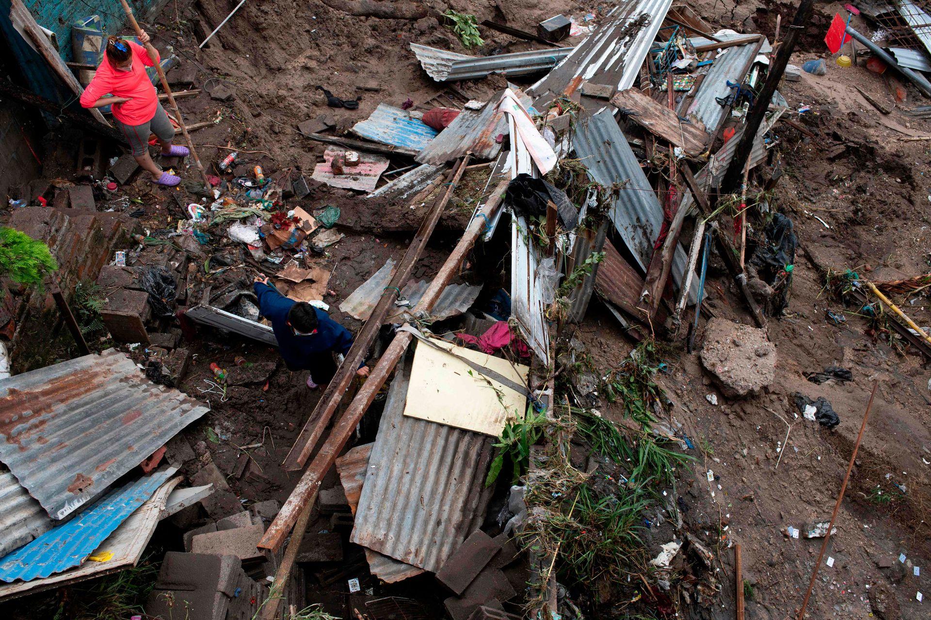 """La red vial en diferentes puntos de El Salvador estaba anegada y se contabilizaban 154 derrumbes, de los cuales 83 """"son de gravedad"""", por lo que el tráfico se encuentra restringido"""