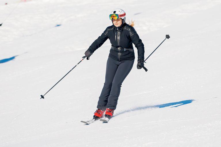 En los posados de invierno, Amalia demuestra que es una buena esquiadora. El respeto por la intimidad de la familia real es total, por lo que resulta prácticamente imposible verla en imágenes no pactadas.