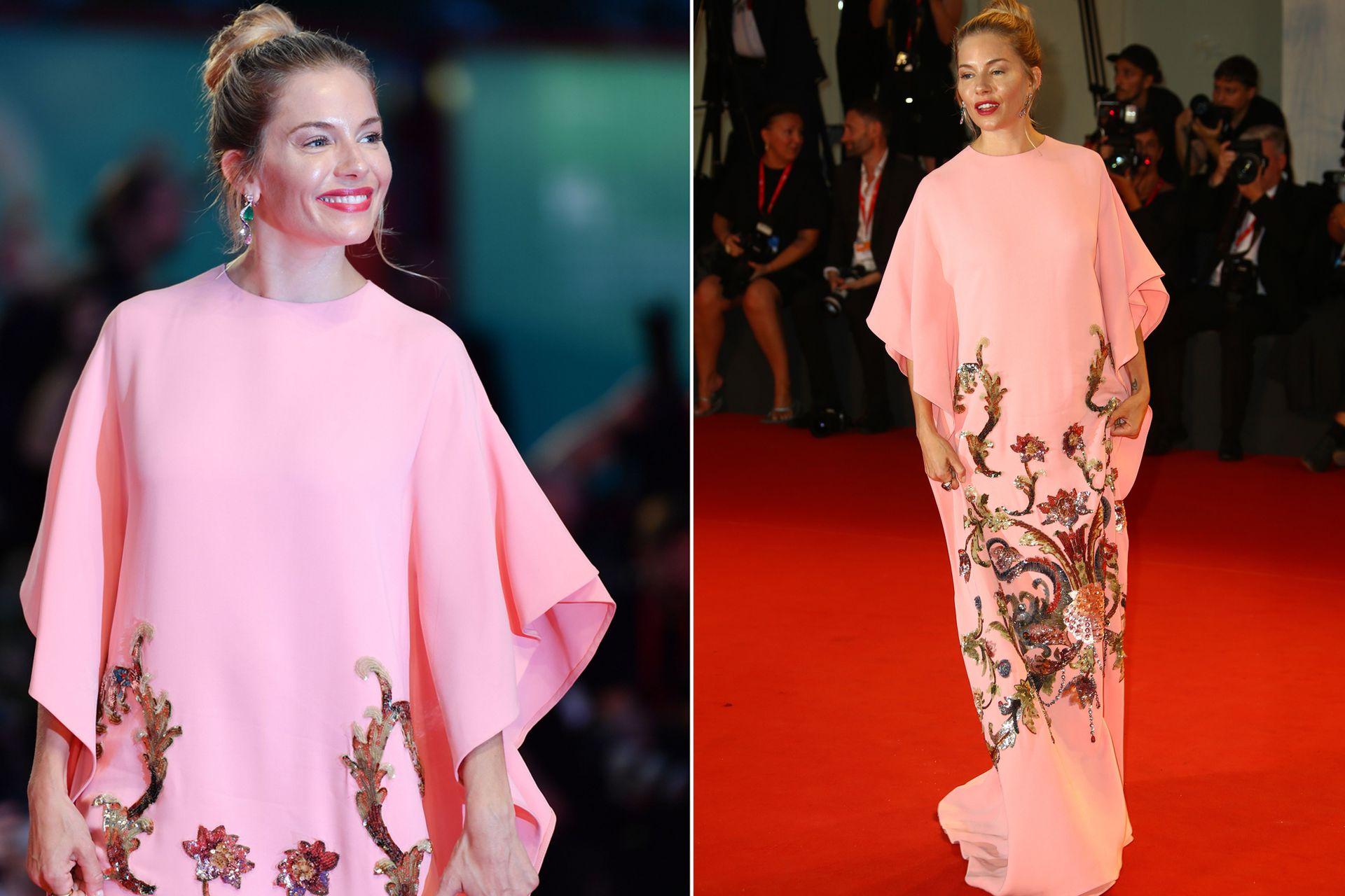 Alfombra roja I. Sienna Miller lució muy sonriente en Venecia con un vestido largo, rosa pálido, con unos bordados dorados, creación de Gucci