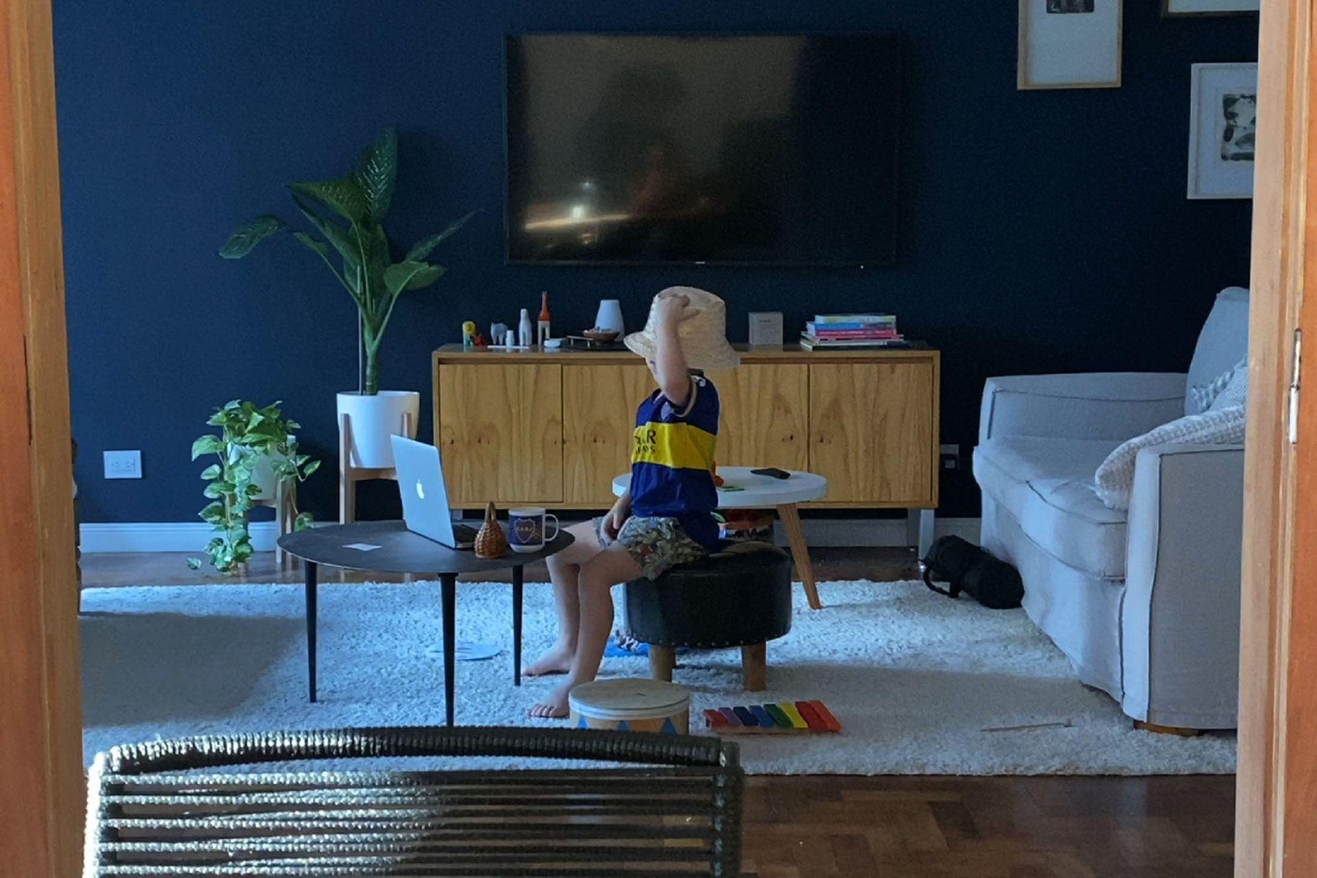 Una de las novedades para Iván es que ahora tiene una niñera por Zoom