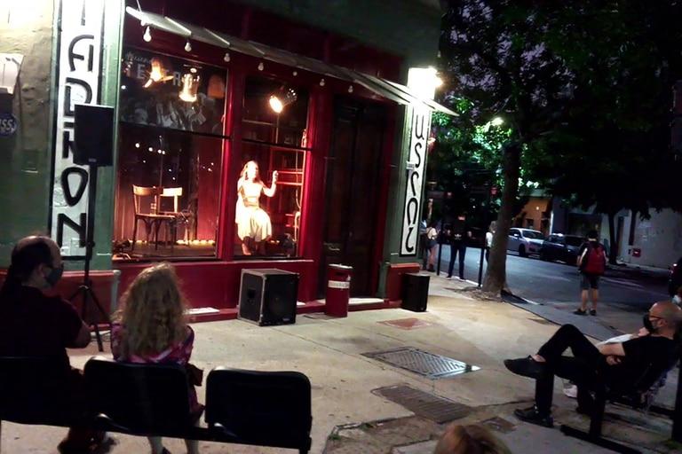 Ana Padilla, en Shöñe, en la vidriera de Tadrón, a la gorra y para ver desde la calle