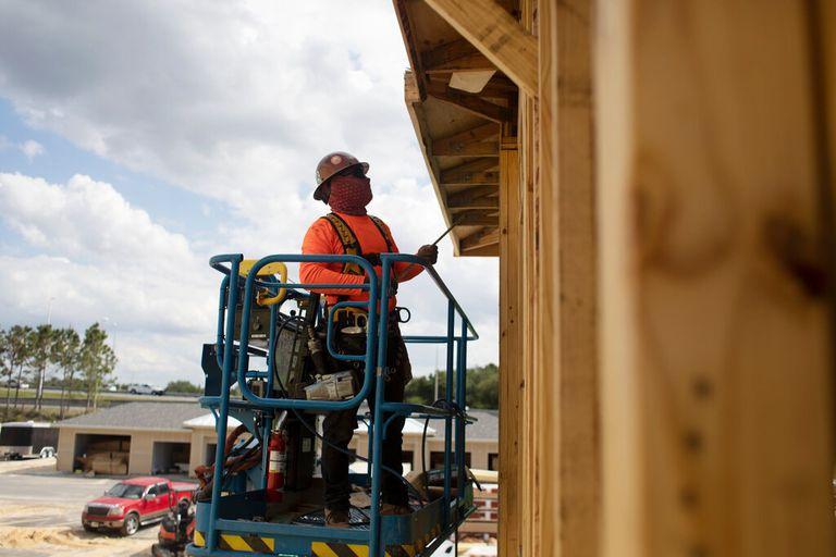 La pandemia ha disminuido la actividad en los aserraderos, provocando una ralentización que ha impide la construcción de casas en Estados Unidos