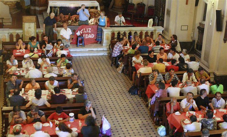 El tradicional almuerzo que la Iglesia ofrece a indigentes, ayer, en la parroquia Nuestra Señora del Carmen, en Rodríguez Peña y Córdoba