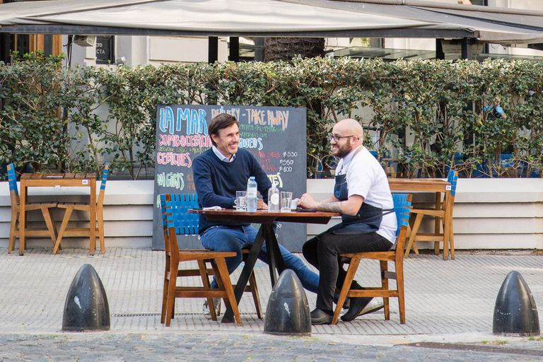 En plena charla con el chef responsable de la cocina de La Mar, Gustavo Montestruque, en una de las mesas recientemente habilitadas sobre la vereda.
