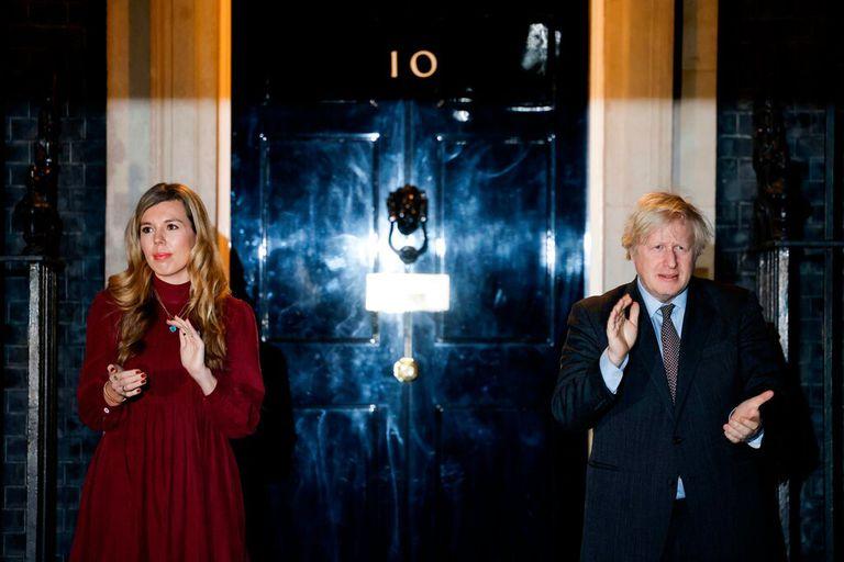 El primer ministro de Reino Unido, Boris Johnson y su novia Carrie Symonds frente al número 10 de Downing Street, en Londres