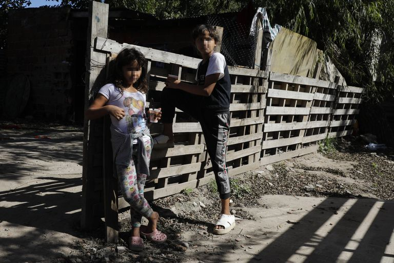 Las niñas Brenda y Estefanía extrañan los recreos de la escuela