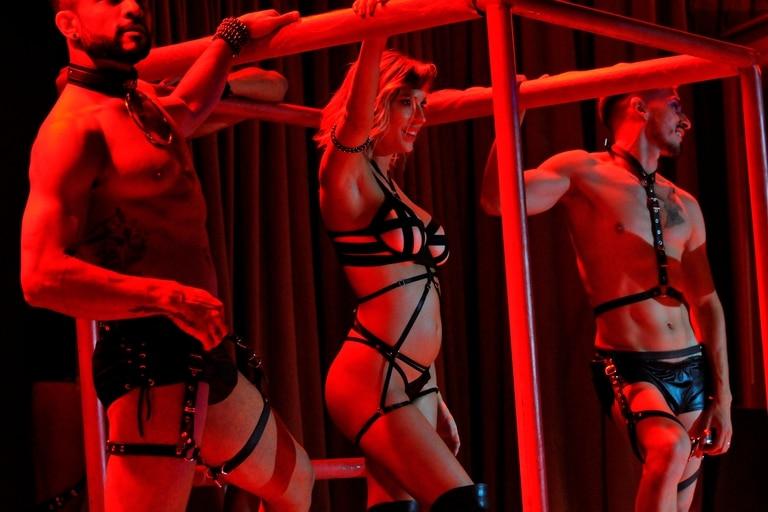 Noelia Marzol junto a dos compañeros, a pura sensualidad