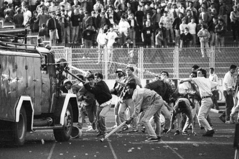 Los Blues Bad Boys, simpatizantes de Dinamo Zagreb, atacan un camión de bomberos; croatas y serbios desencadenaron una feroz pelea en el estadio Maksimir