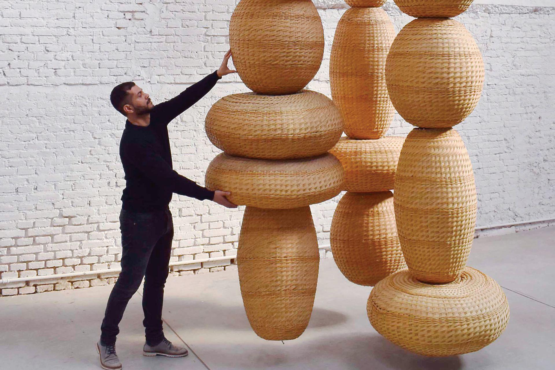 Presentó la cestería con simbol como instalación el año pasado, en una galería de arte londinense. ¿El tema? Materialidad, historia, técnica y tradición artesanal argentina.
