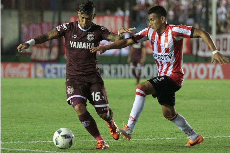 Víctor Ayala intenta liderar un ataque de Lanús