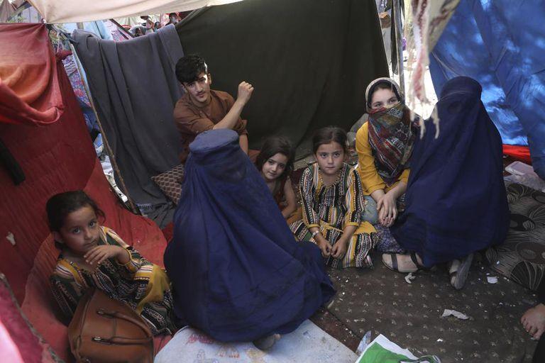 Zarmina Kakar y su familia atrapados por los ataques de los talibanes en su ciudad