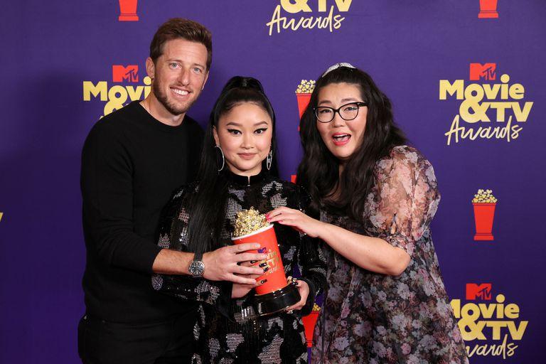 El productor Matt Kaplan, la actriz Lana Condor y la autora Jenny Han posan con el premio a la mejor película por A todos los chicos: para siempre, Lara Jean