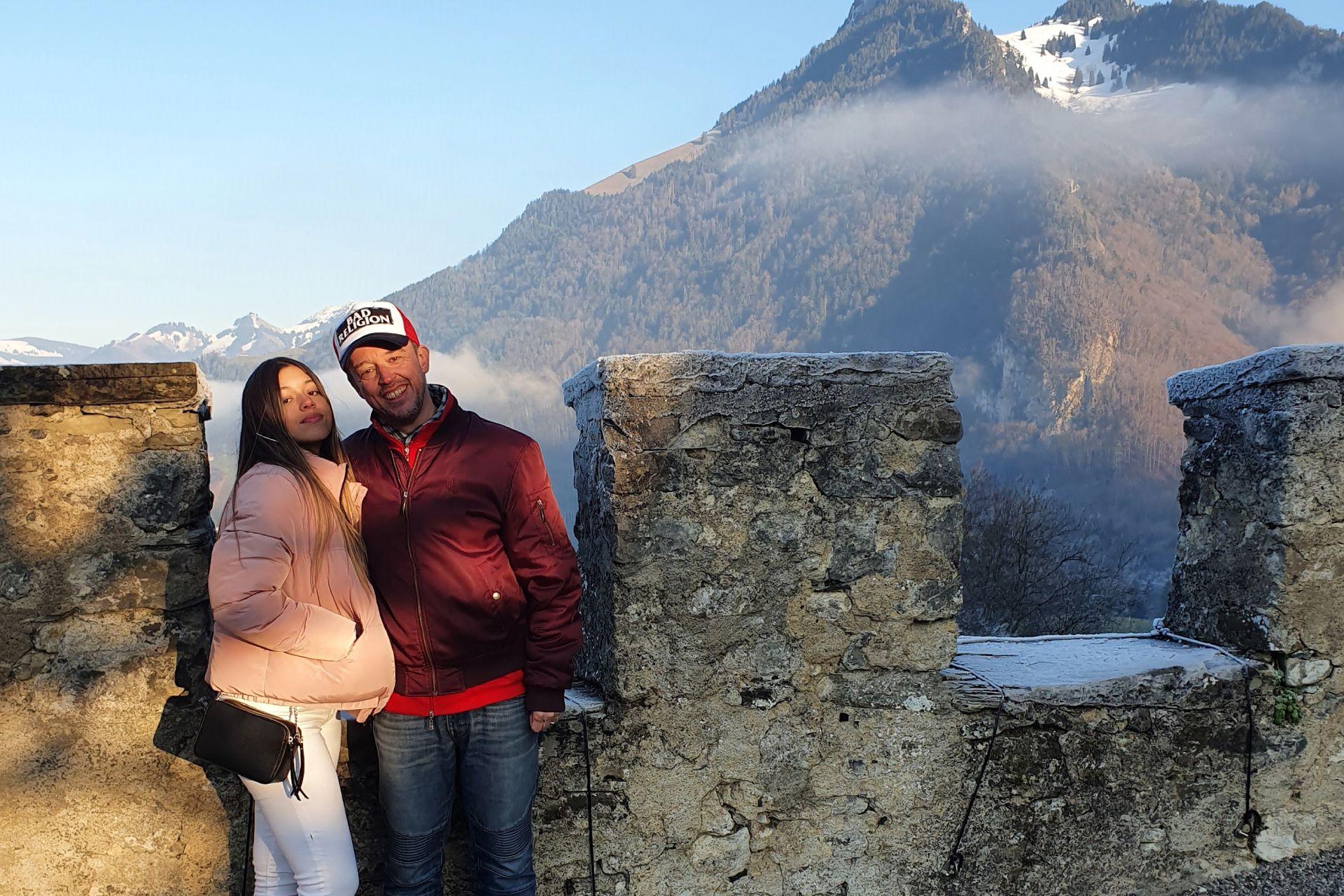 Con su hija en Gruyere, Suiza.