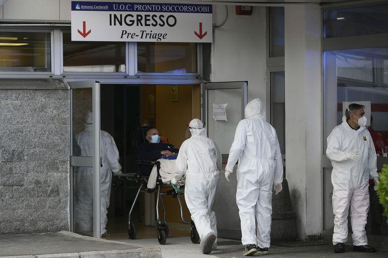 El traslado de un paciente con coronavirus en el hospital Cardarelli en Nápoles, Italia