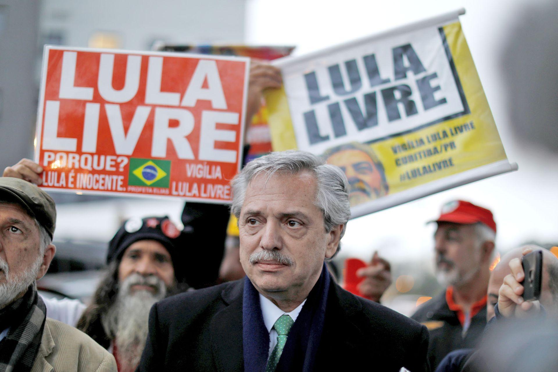 El 4 de julio de 2019 Alberto Fernández visitó al expresidente brasileño Luiz Inácio Lula da Silva en la sede de la Policía Federal en Curitiba, Brasil, donde se encuentra detenido (4 de julio de 2019)